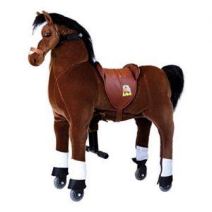 Plüschpferd auf Rollen für Kinder ab 5 Jahren. Hochwertiges Pferd auf Rollen zur echten Fotbewegung. Ein Plüschpferd zum Reiten für Pferdefreunde. Das Reitpferd Blitz aus Plüsch von Small Foot ist ein XXL Spielpferd für alle Pferdefans. Ein tolle Geschenk für Mädchen oder Jungen.
