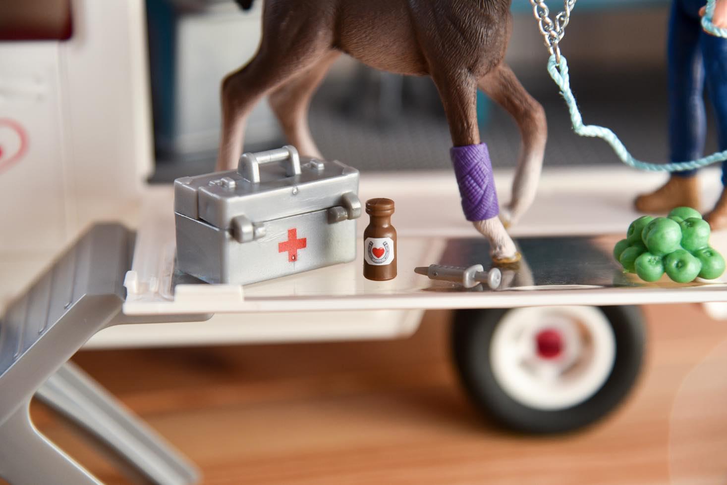 Mobile Tierärztin Schleich Zubehör: Arztkoffer mit Stethoskop, Medikamentenflasche, Spritze und Haftbandage. Auch als Stallapotheke von Schleich einzeln erhältlich.