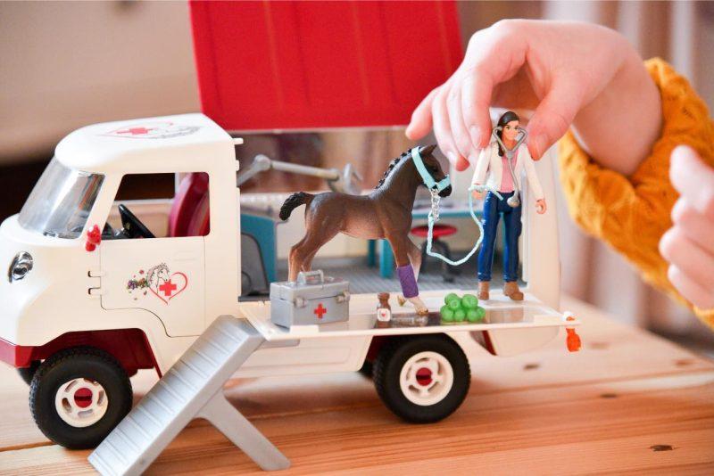 Schleich Mobile Tierärztin mit Hannoveraner Fohlen 42370. Pferde Spielzeug für kleine Pferdefreunde.