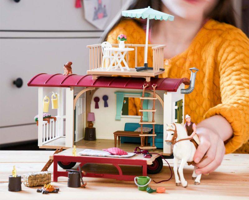Schleich Wohnwagen für geheime Clubtreffen 42415. Pferde Spielzeug für Kinder, die Pferde lieben. Geschenkidee für kleine Pferdefreunde.