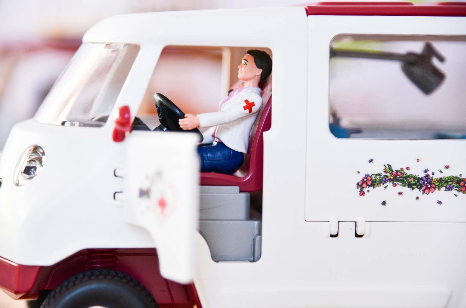 Tierarzt Spielzeug von Schleich-Mobile Tierärztin zum Spielen für Kinder.