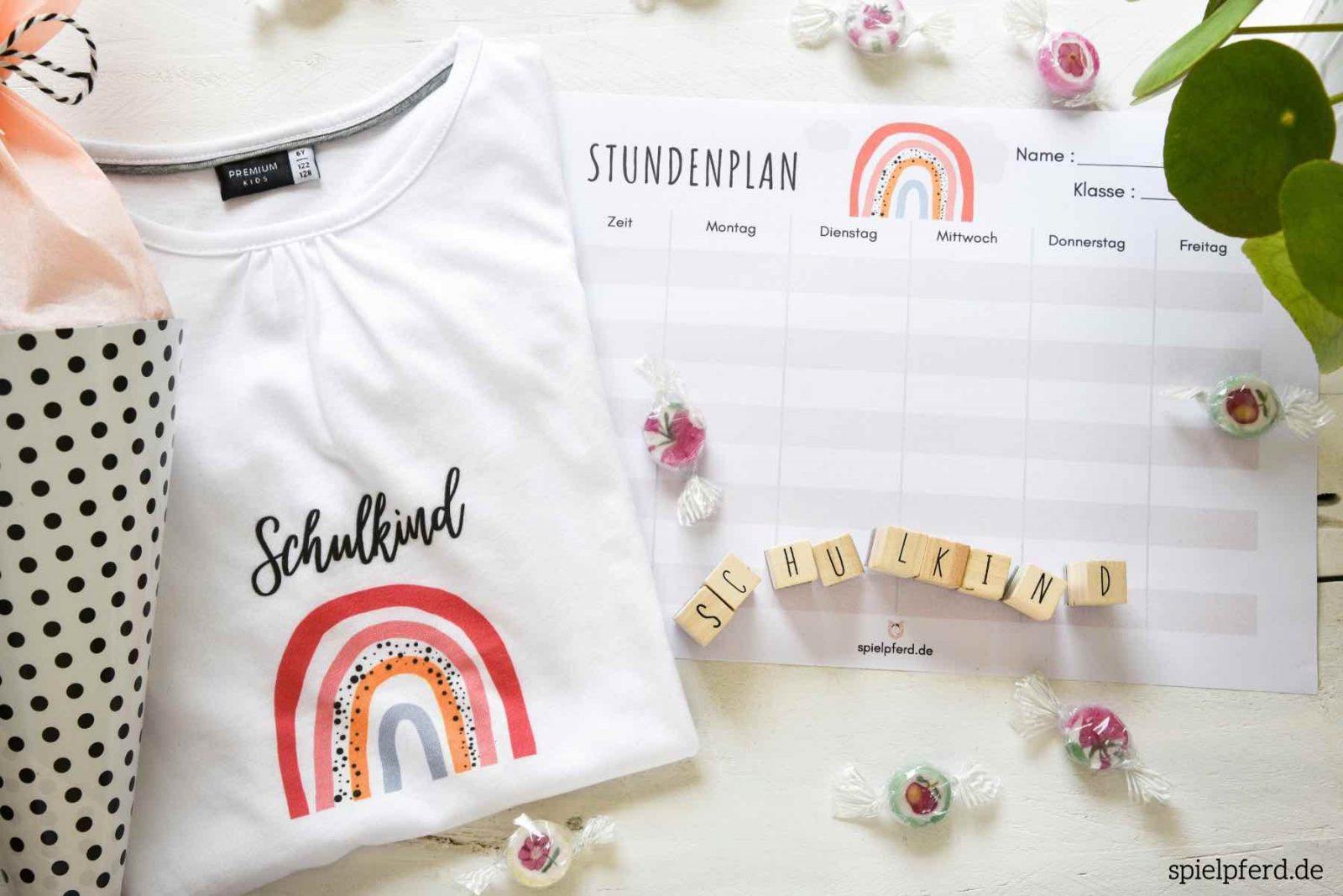 Schulkind Shirt und weitere Regenbogen Geschenke zur Einschulung und eine Regenbogen-Stundenplan-Vorlage kostenlos zum Ausdrucken.