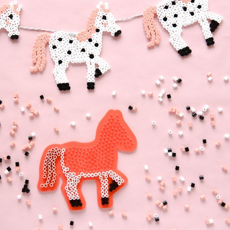 Bügelperlen Idee - Pferde Girlande als Kinderzimmerdeko