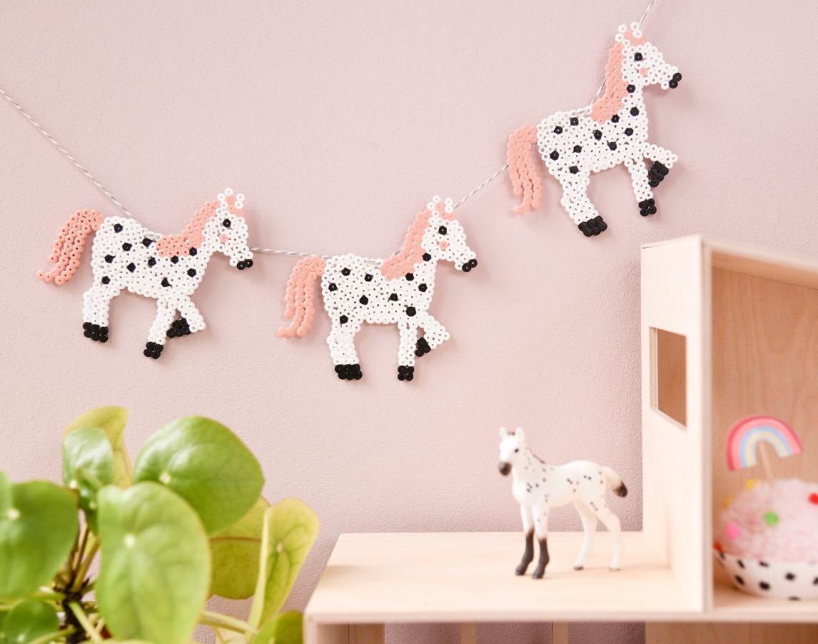Pferde Girlande aus Bügelperlen. Kinderzimmerdeko aus Bügelperlen.