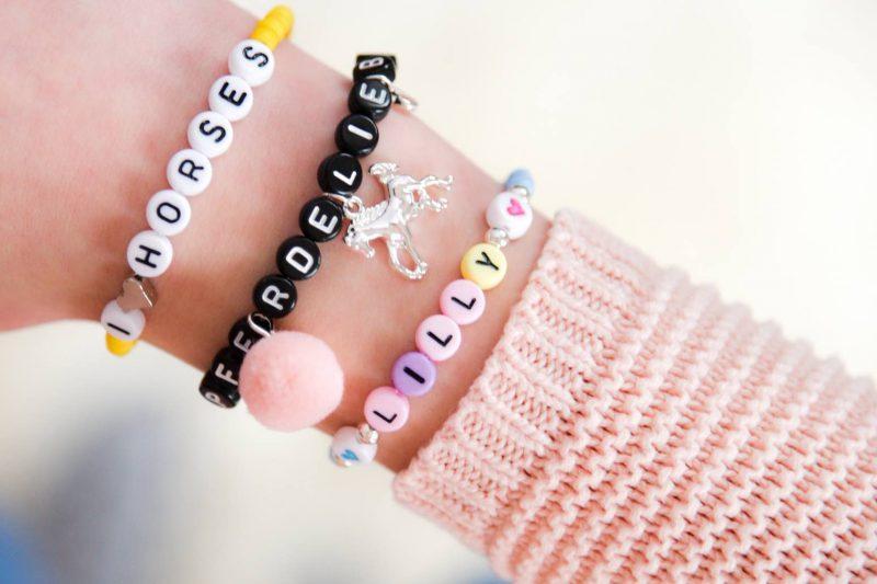 Armband mit Buchstabenperlen selbst machen. Bastelidee für Kinder. Armbänder DIY