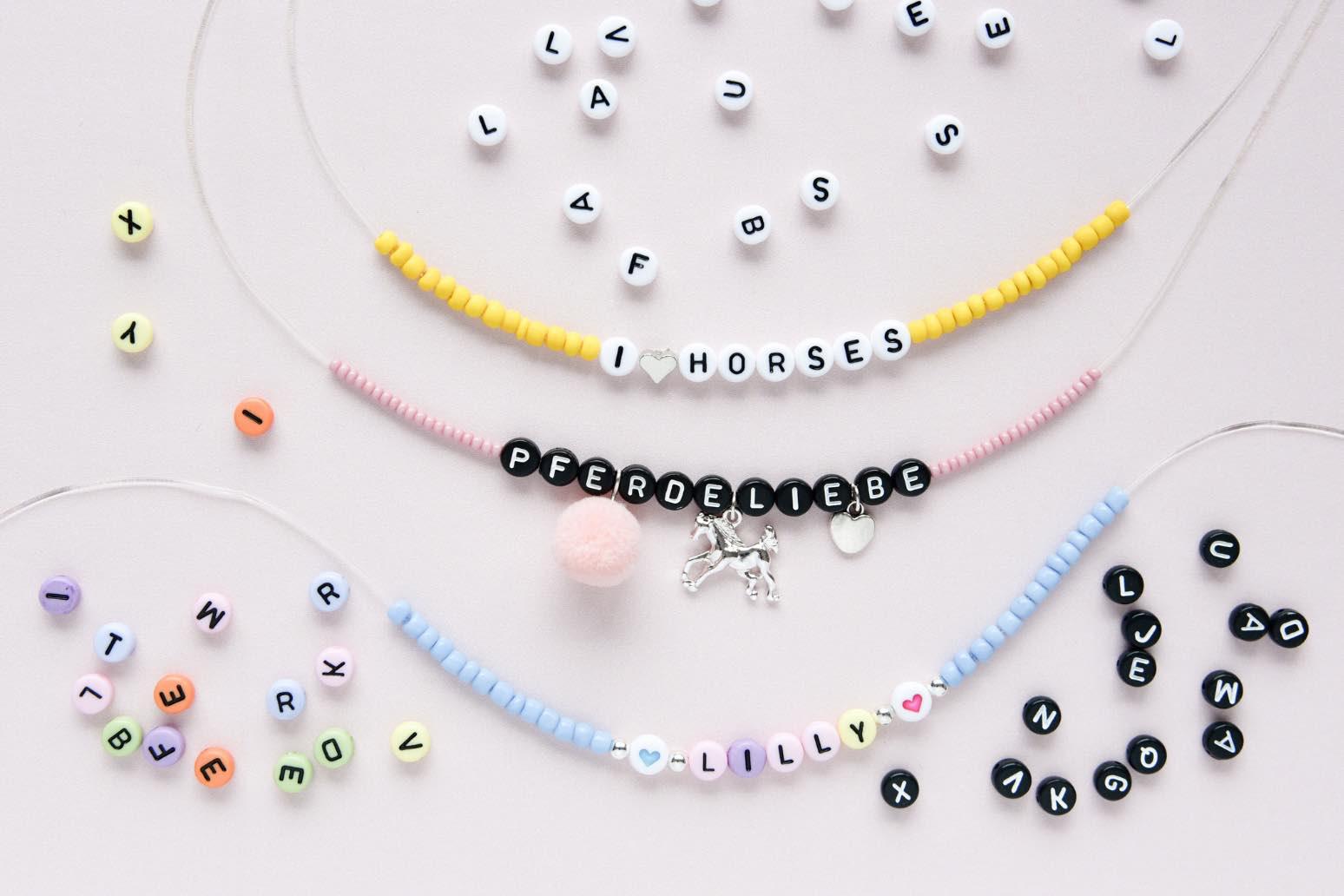 Mit Buchstabenperlen schöne Armbänder selbst gestalten. Bastelidee für Kinder. Armband mit Perlen selbst machen.
