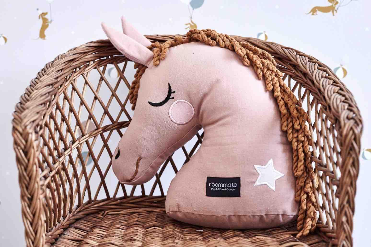 Pferde-Kissen von Roommate. Schöne Dekoration für das Kinderzimmer, zum Kuscheln und für lange Autofahrten zum Anlehnen.